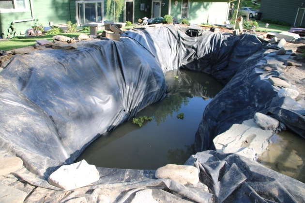 A few hours later, the pond liner has been cleaned, put back in place and the filling begins.